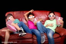 有的小孩就不能在一块看电影