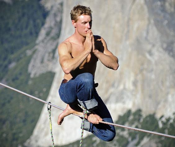 走钢丝,走单绳挑战,钢丝极限运动。