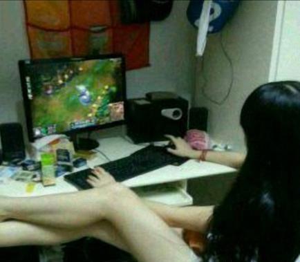 美女玩游戏