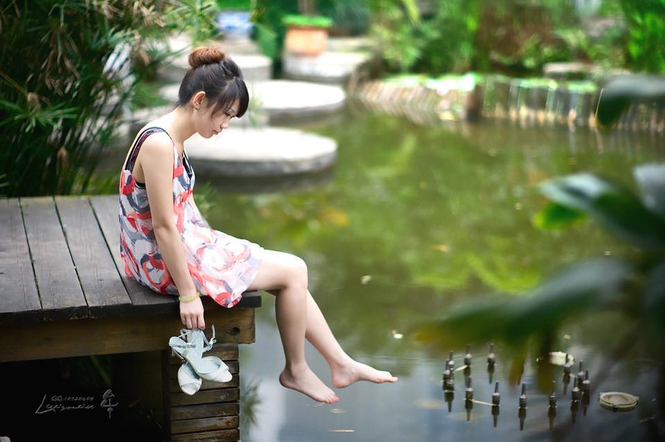 小姑娘,小河边的女孩子