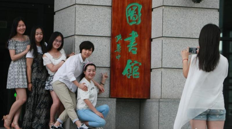 女大学生拍照