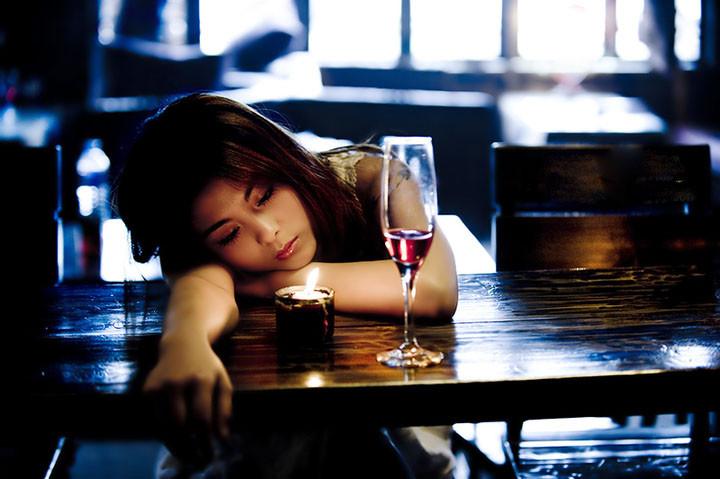 女孩子喝酒