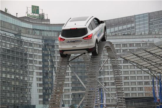 看广告,suv汽车爬陡坡