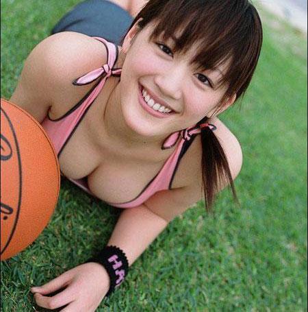 美女打蓝球