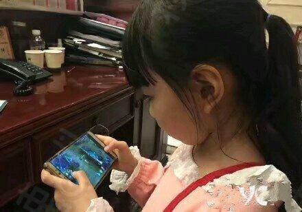 小女孩玩手机游戏