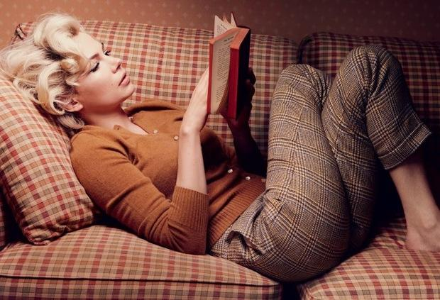 美女在看书