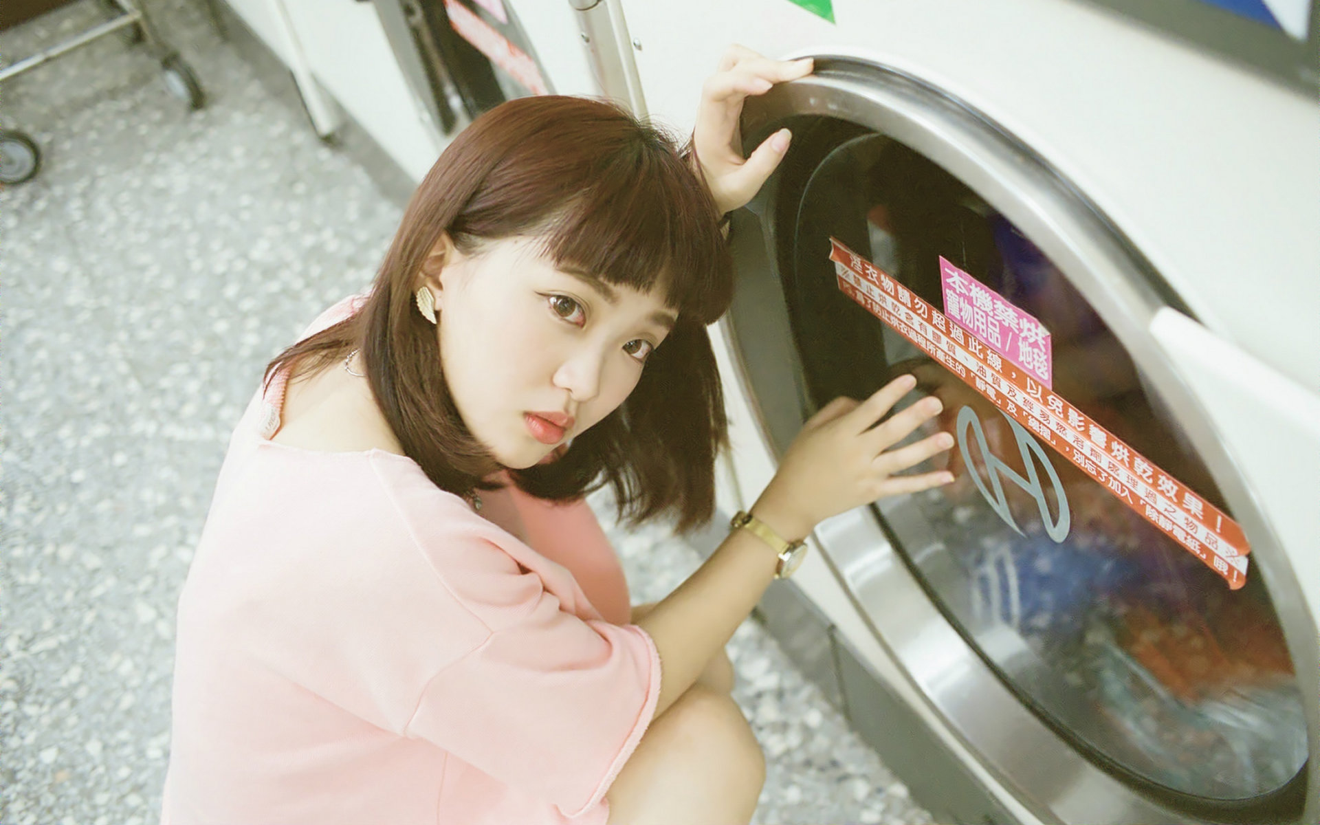 漂亮美女洗衣服