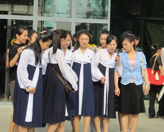 朝鲜女孩玩手机