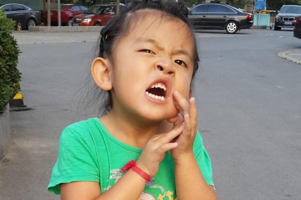 小女孩子牙疼