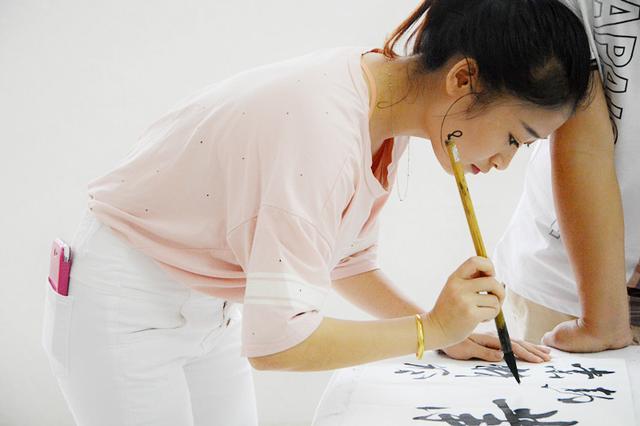 美女写练毛笔字