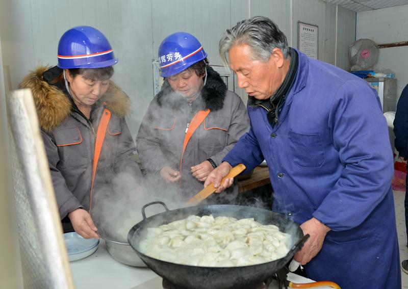 工地上的冬至吃饺子