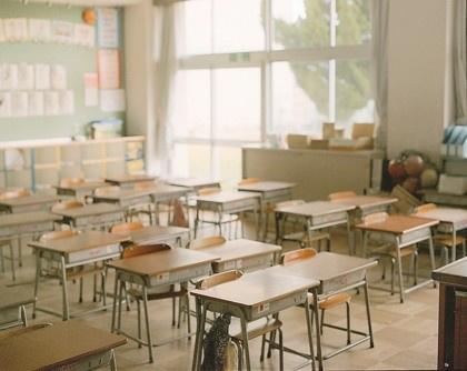 校园教室里的书桌