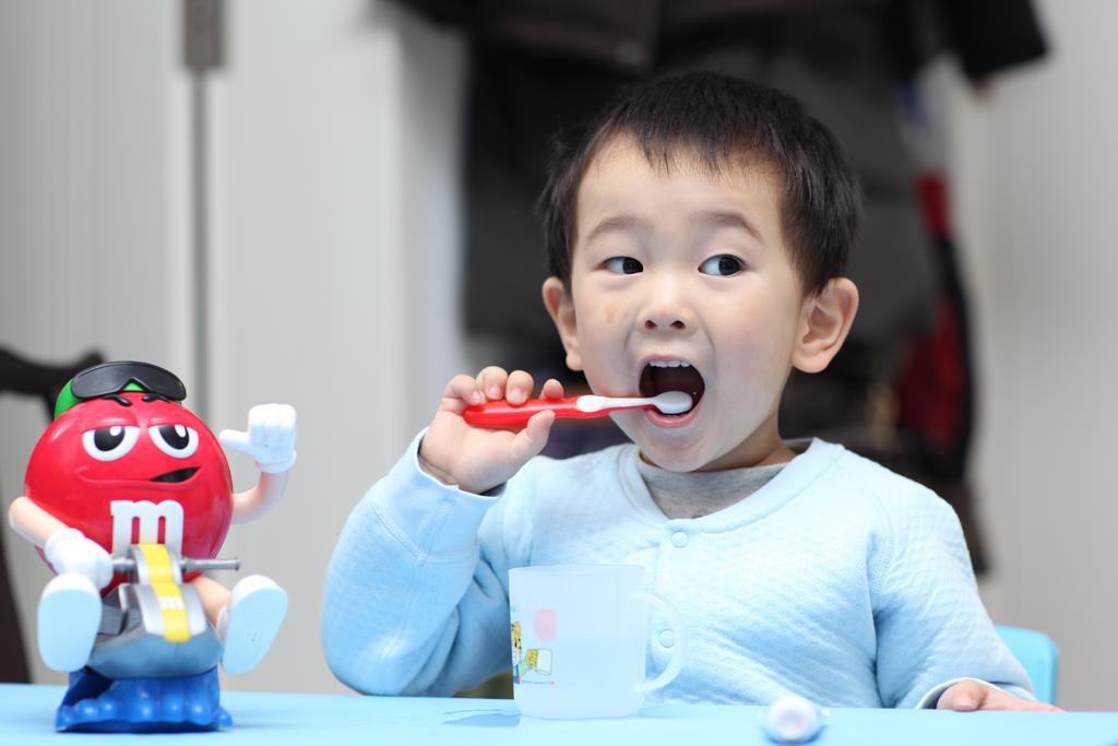 小孩子刷牙