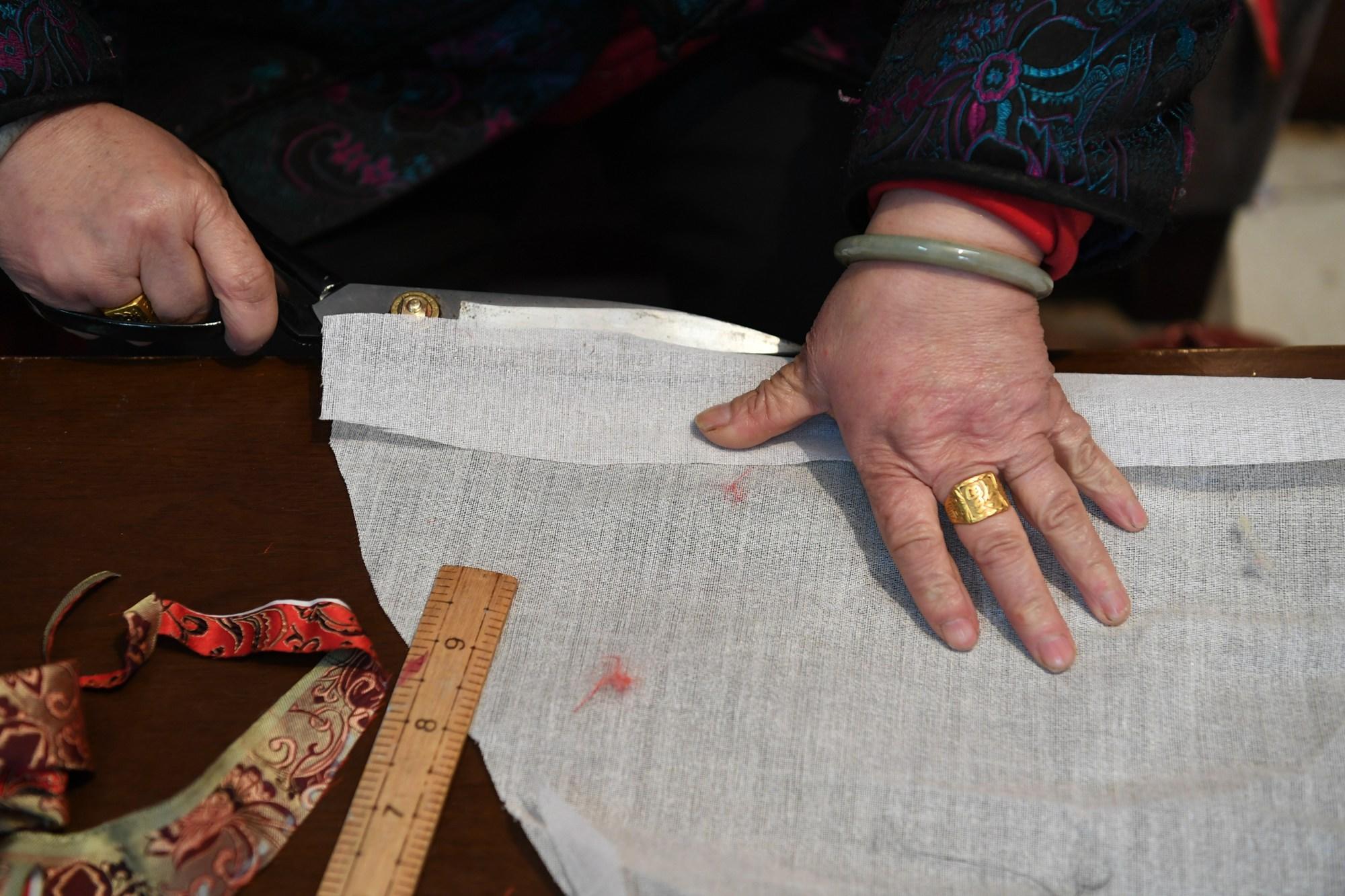 老奶奶在家做手工活挣钱