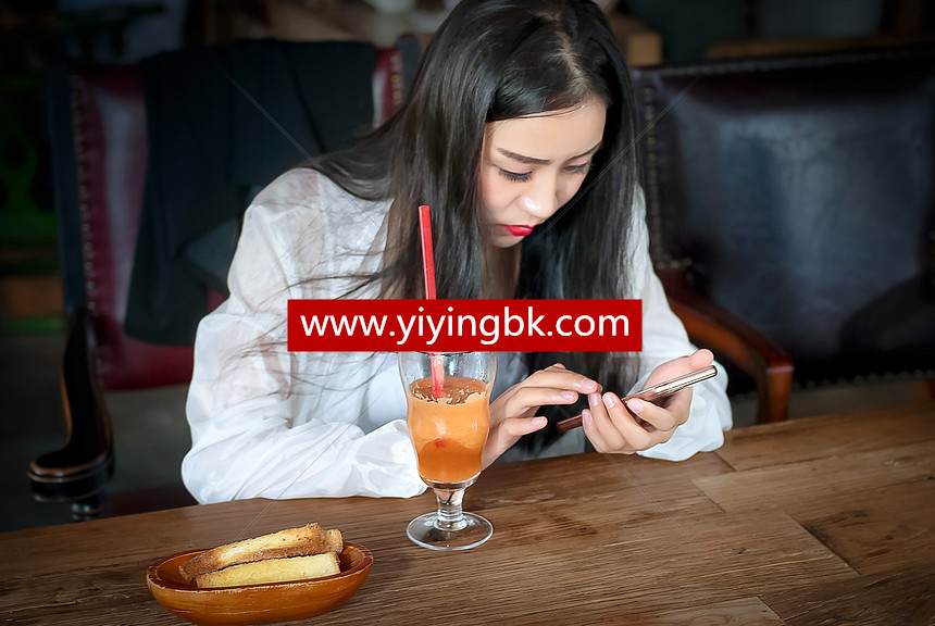 美女在玩手机游戏
