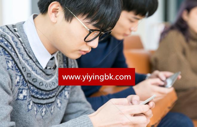 学生在玩手机