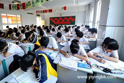学生在教室里上课