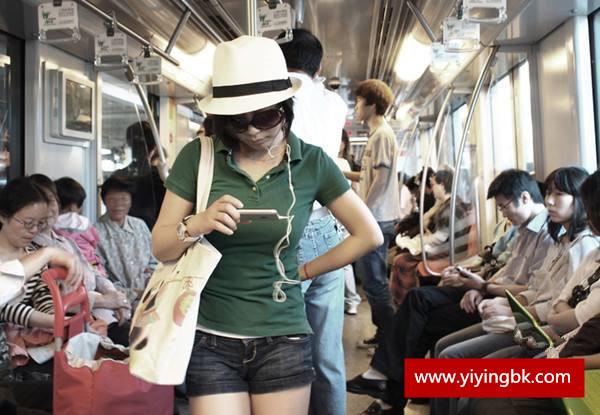 女孩子在公交车上看手机视频