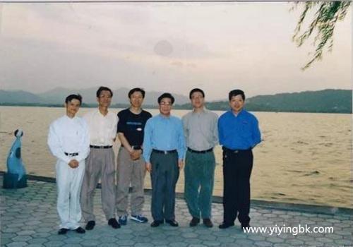 武侠小说作家金庸、搜狐网CEO张朝阳、网易董事长丁磊、8848董事长王俊涛(比阿里巴巴还早创立的电子商务企业)以及马云,年轻时的合照。