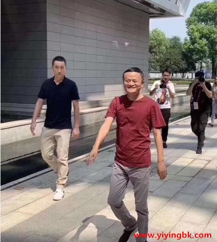马云离开阿里巴巴,已经退休了,员工拍照留念。