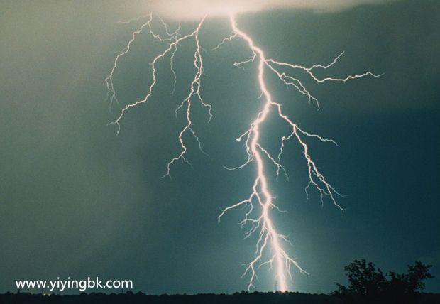 那边打雷了,有闪电哦!