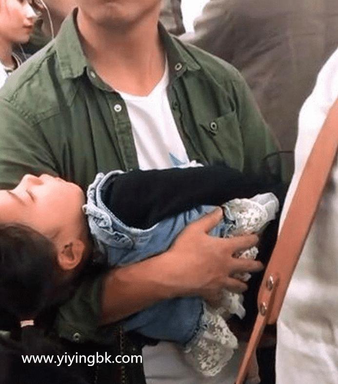 爸爸抱着睡觉的女儿