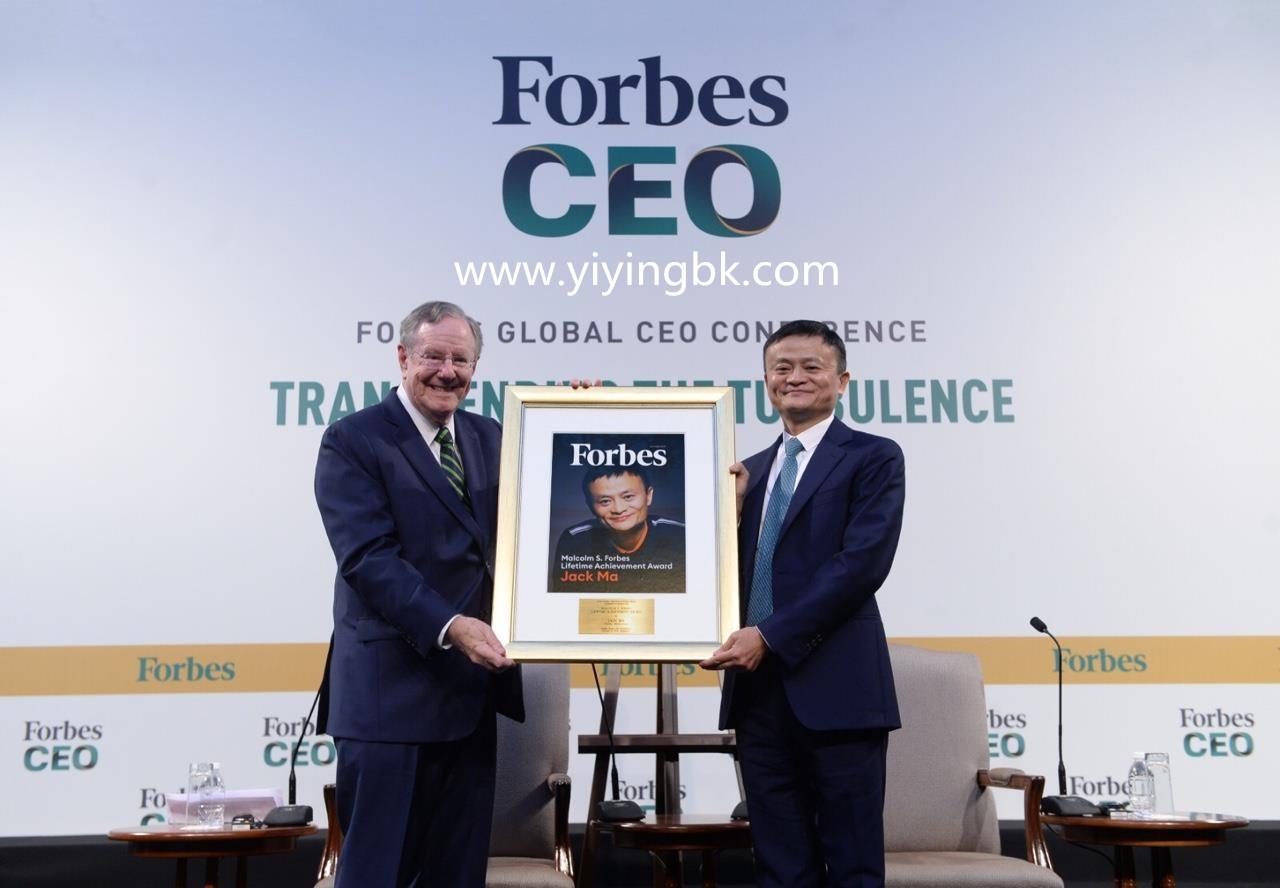 马云获得福布斯终身成就奖,这是搬奖现场。