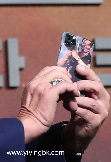 阿诺施瓦辛格手拿带自已形象手机壳的苹果iphone11手机