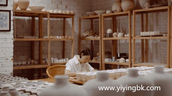 贵州女画家顾静在画画