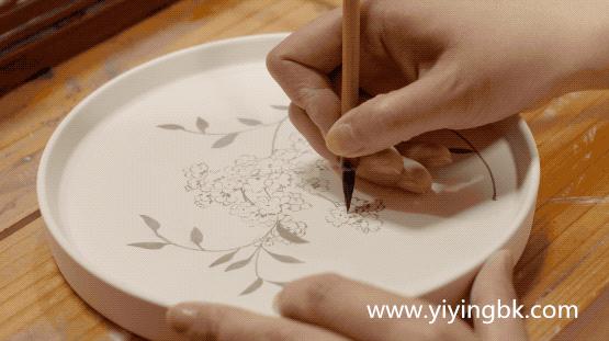 贵州女画家顾静在瓷器上作画