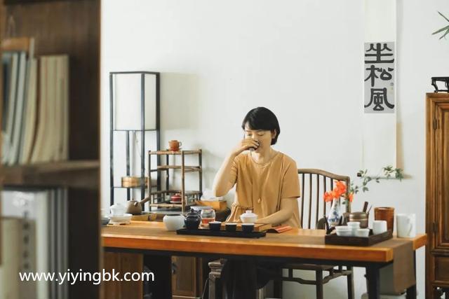 贵州女画家顾静在喝茶