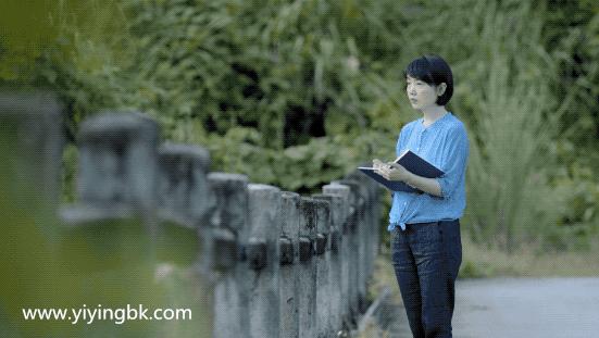 贵州女画家顾静在外画画