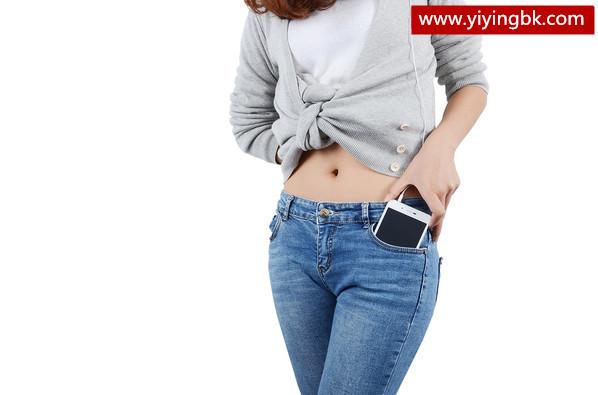 美女拿着手机装进裤子口袋