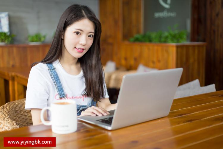 美女在玩笔记本电脑