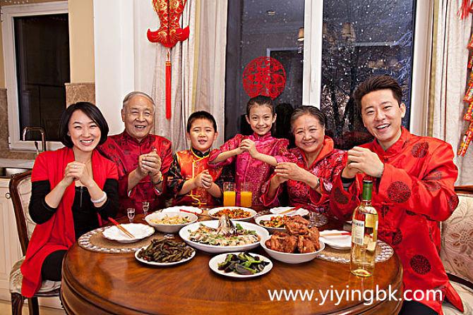春节过年一家人吃团圆饭
