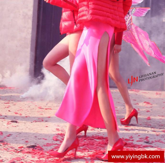美女们过年不穿裤子走在大街上