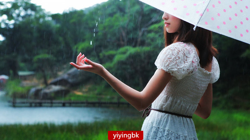 下雨天,漂亮的女孩子在外面看风景。www.yiyingbk.com