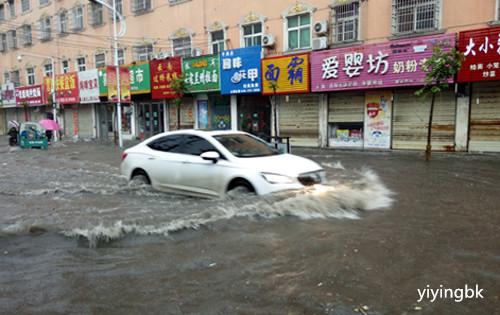 河南暴雨,路上的雨水都到汽车轮胎上方。www.yiyingbk.com
