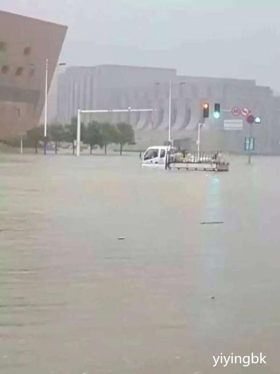 河南新乡暴雨,下的雨水量比郑州市还要多,路上存了很多的水。www.yiyingbk.com