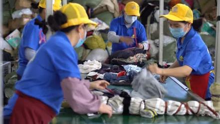 回收后的旧衣服正在分拣,www.yiyingbk.com