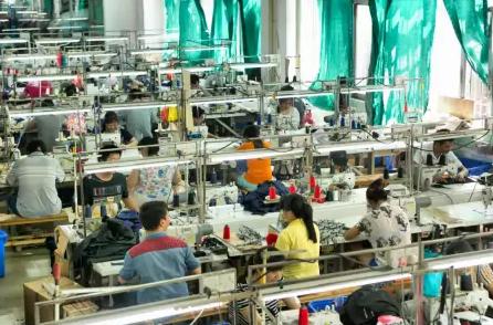 回收后的旧衣服,正在做成其他的东西。www.yiyingbk.com
