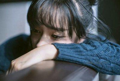 女孩子哭了,因为她伤心了。www.yiyingbk.com